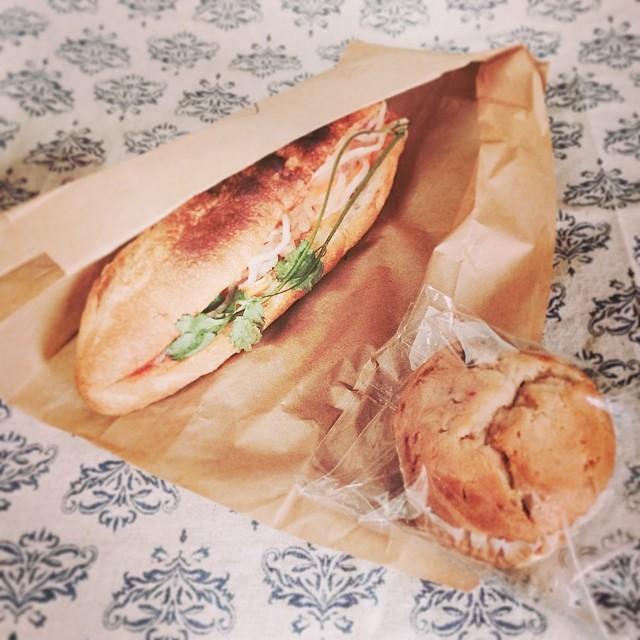お昼を調達しに駅前のgood food marketへ。12時前に行ったけどどこも長蛇の列。。しかもすでに売り切れの店も。東京蚤の市ほどじゃないだろうと思ったのはあまかったようです。買ったのは吉祥寺ベトナム料理店のモクチョーイさんでサンドイッチを。パクチー半分にしてもらったけどやっぱり苦手で抜いて食べました(^^;; マフィンは別のお店で。あといつも蚤の市でみかけるぐるぐるのソーセージも食べました。食った食った〜(´-`) from iPhone